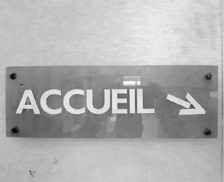 """Photo réelle : écriteau à l'entrée de l'accueil : """"accueil"""""""